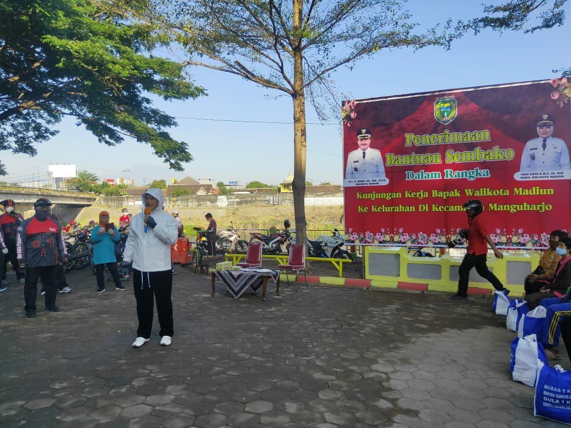 Sambil Gowes Wali Kota Madiun Salurkan Sembako