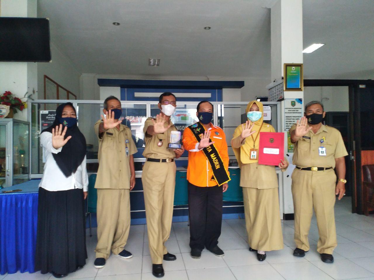 Piala Dari KIM Pandan Arum Untuk Kelurahan Pangongangan